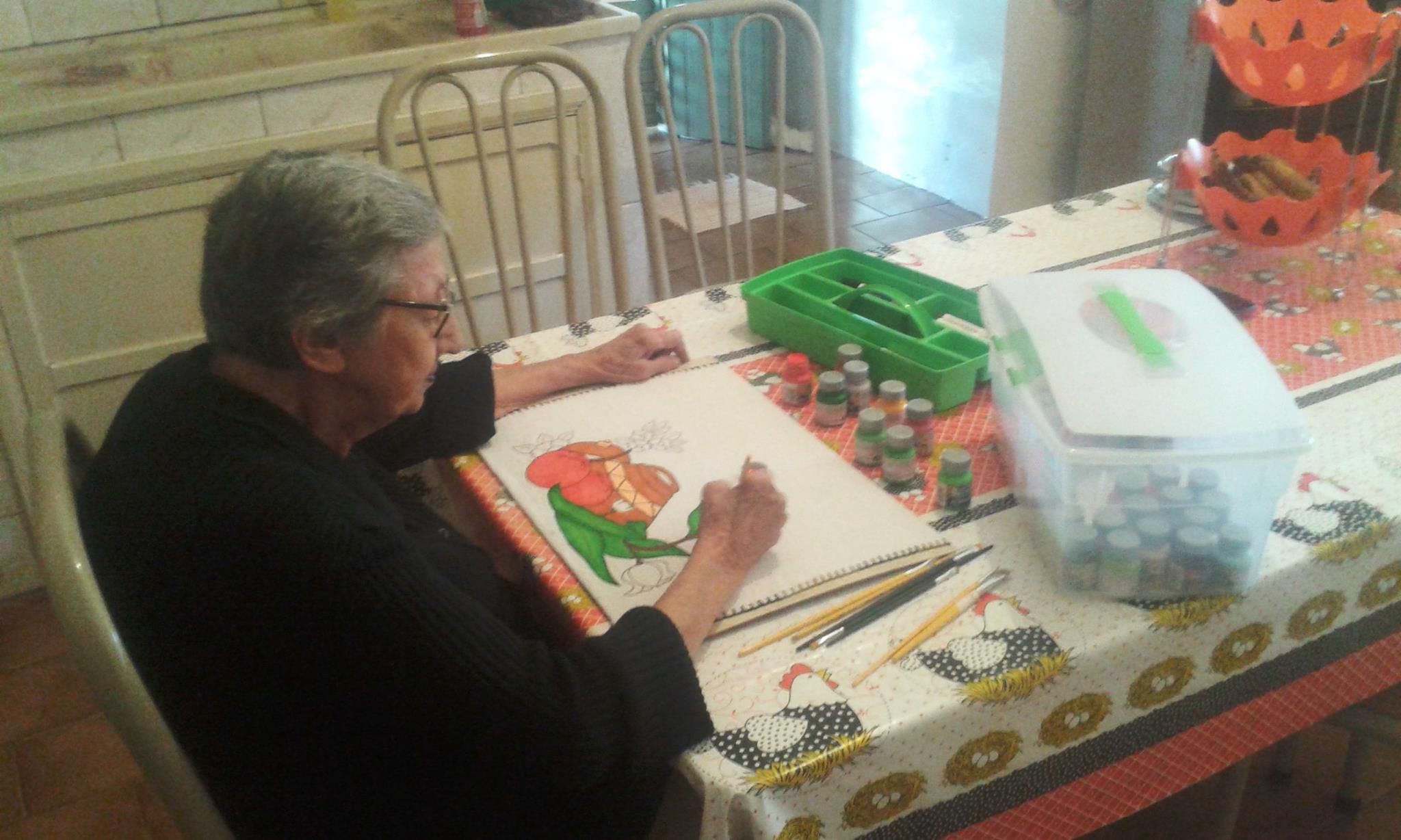 Dona Aparecida passa pelo menos três horas por dia se dedicando à pintura de panos de prato – trabalho manual ajudou na recuperação da coordenação motora e da autoestima