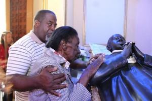 Devotos rogam graças por intercessão de Padre Victor
