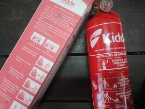 Extintor da modalidade ABC combate incêndios iniciados em materiais sólidos, líquidos inflamáveis e  equipamentos elétricos