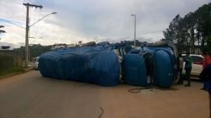 Caminhão tomba na Av do Contorno em Varginha 1