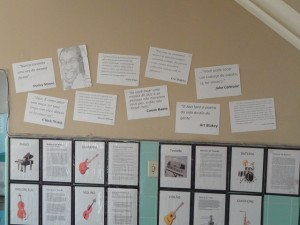 Recepção decorada com cartazes sobre o estilo musical comemorado em 30 de abril