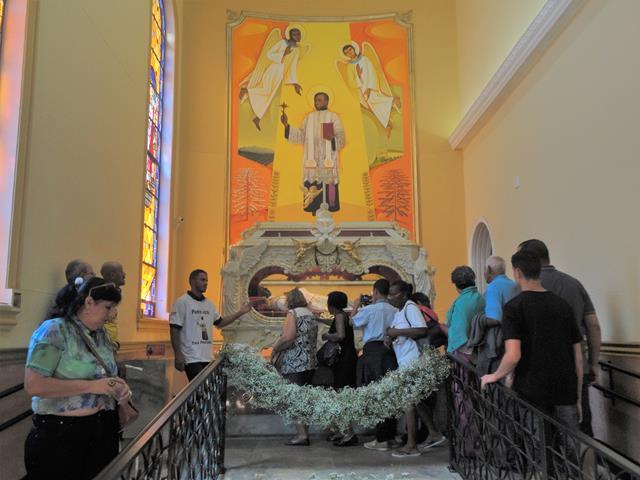 Devotos visitam túmulo de Padre Victor em Três Pontas MG
