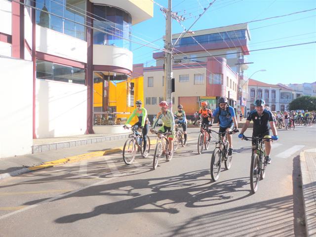 Homens pedalando em evento beneficente de Páscoa