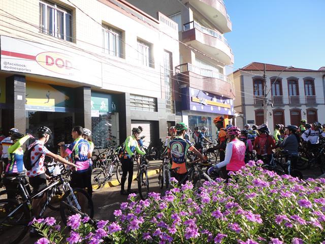 Ciclistas reunidos na Praça Cônego Victor