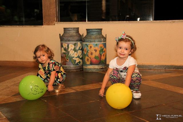 Meninas brincando bola