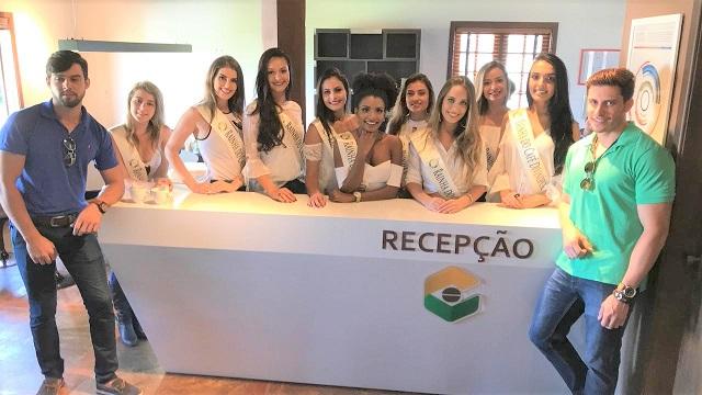 Candidatas concurso de beleza na recepção do laboratório Cocatrel