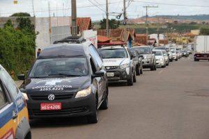 Pelas ruas do município de Três Pontas, pessoas se despedem da prefeita Adriene