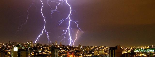 Raio tempestade sobre a cidade